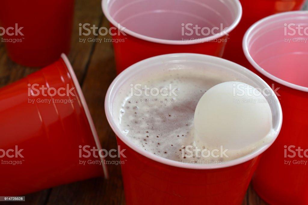 Copos de cerveja de plástico vermelho - foto de acervo