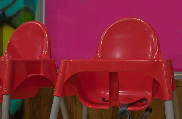 gestell aus rotem kunststoff restaurants hochstühle - kinderstuhl und tisch stock-fotos und bilder