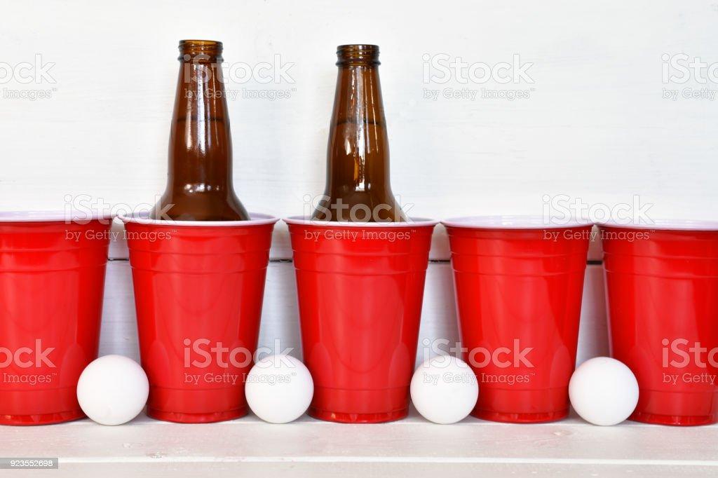 Copos de bebida plástico vermelhos - foto de acervo