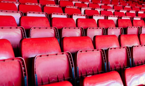 Rote Plastik-leere Stadionsitze. – Foto