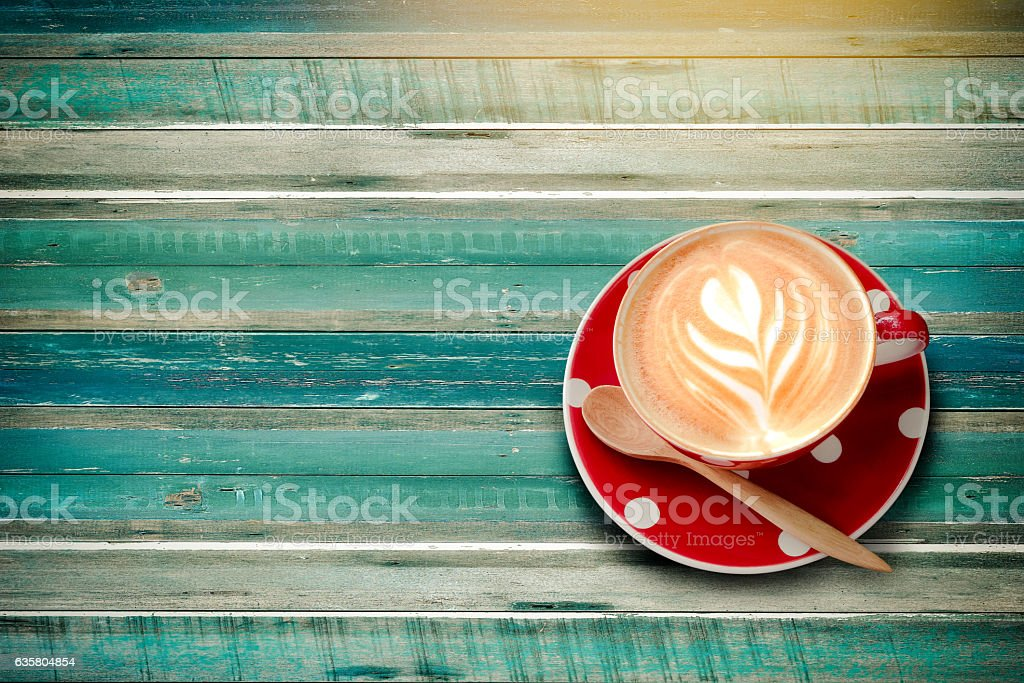 Red polka dot latte cup of coffee top view  plank - foto de stock