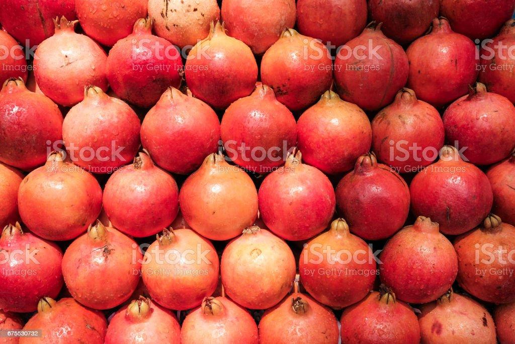 Red pomegranates in the market. Fresh fruit close up. photo libre de droits
