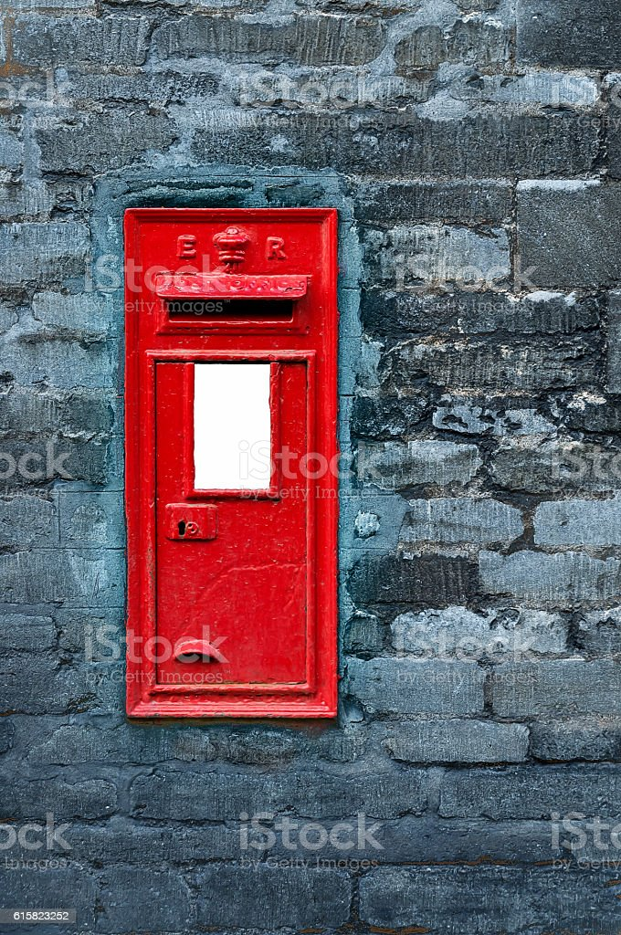 Red post box set in wall – Foto