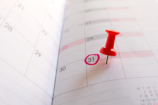 istock Red push pin on calendar, Red circle on 31. 1175730171