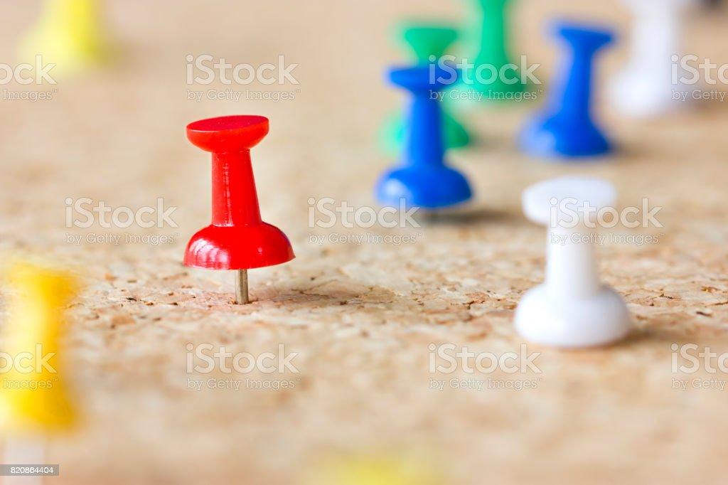 Marcador rojo en un tablero de corcho. - foto de stock