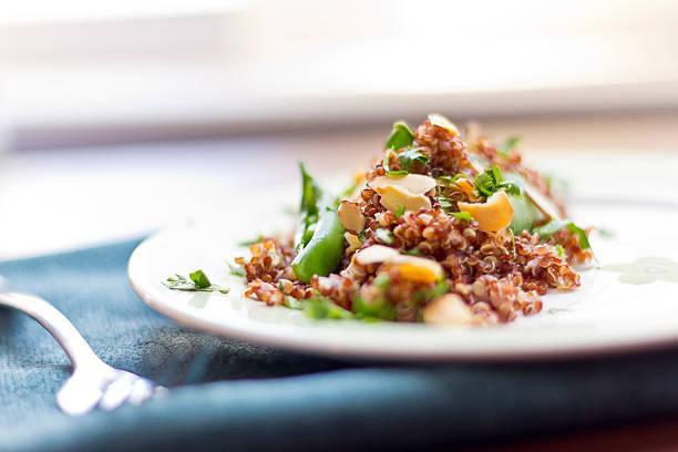 rosso quinoa con taccole - dieta macrobiotica foto e immagini stock