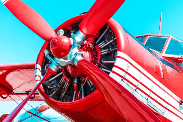 Avion moteur hélice rétro rouge - Photo