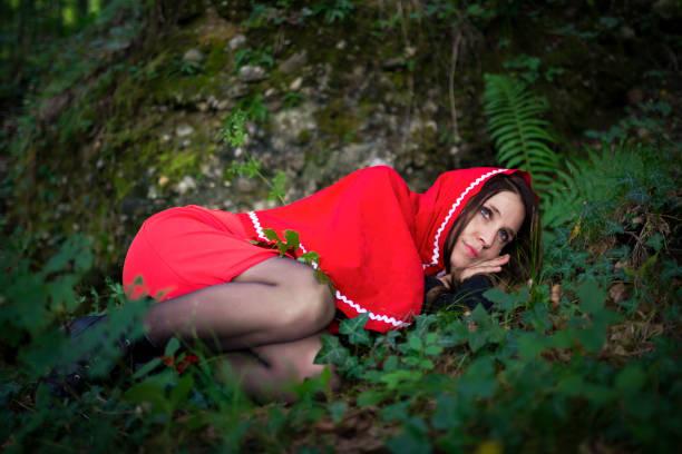 red riding hood im wald - rotkäppchen kostüm stock-fotos und bilder