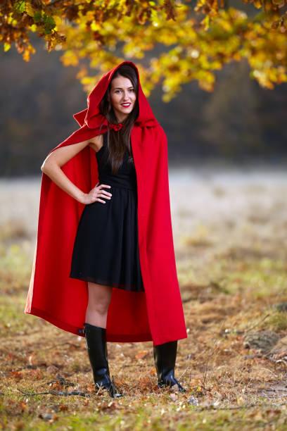 rotreithaube im wald - rotkäppchen kostüm stock-fotos und bilder