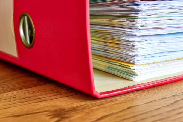rode ring binder met zakelijke papieren of wissels - netherlands map stockfoto's en -beelden