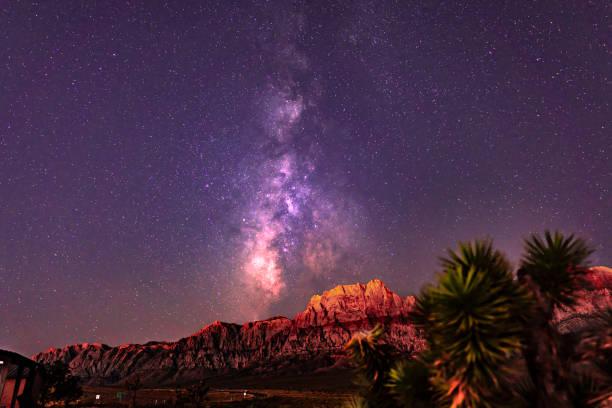 red rock canyon melkweg - red rocks stockfoto's en -beelden