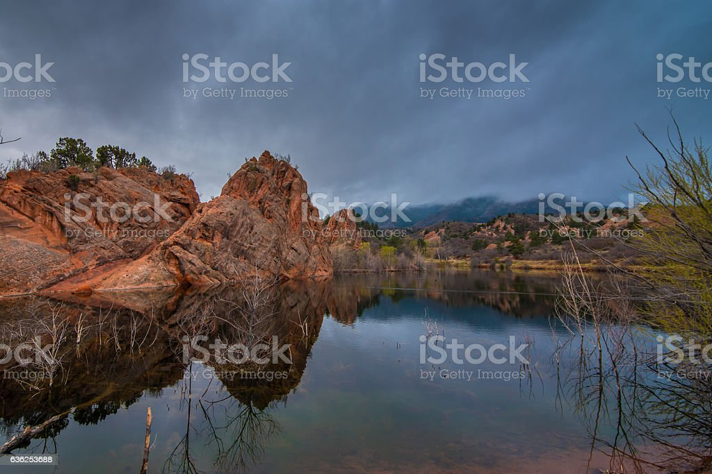 Red rock formations reflected in a pond. - foto de stock