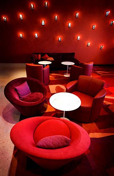 red zimmer - club sofa stock-fotos und bilder