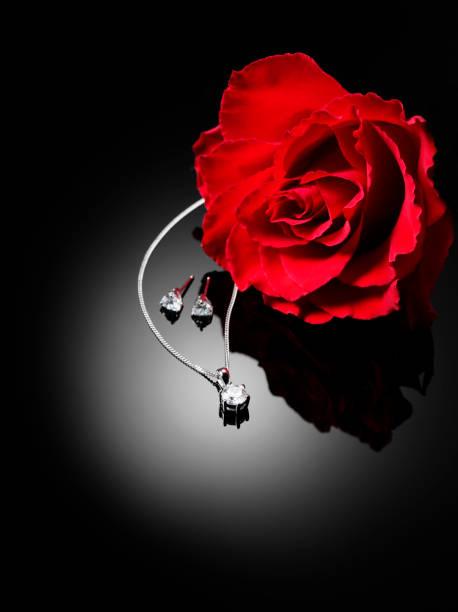 rote rose und diamantschmuck - ohrringe rose stock-fotos und bilder