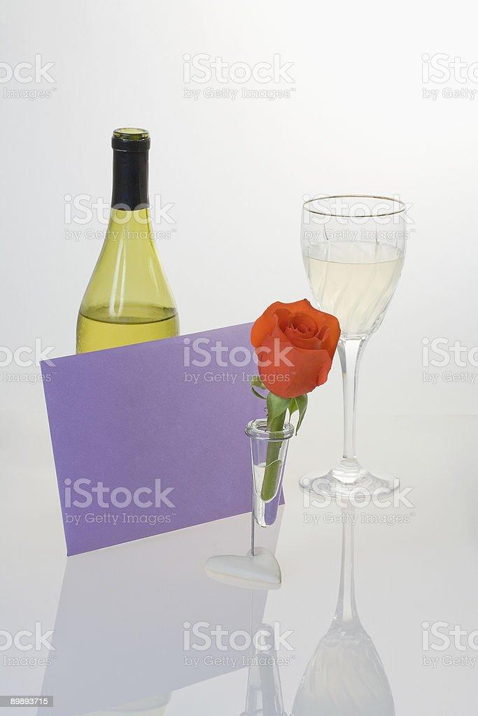 Красные розы и белые вина Стоковые фото Стоковая фотография