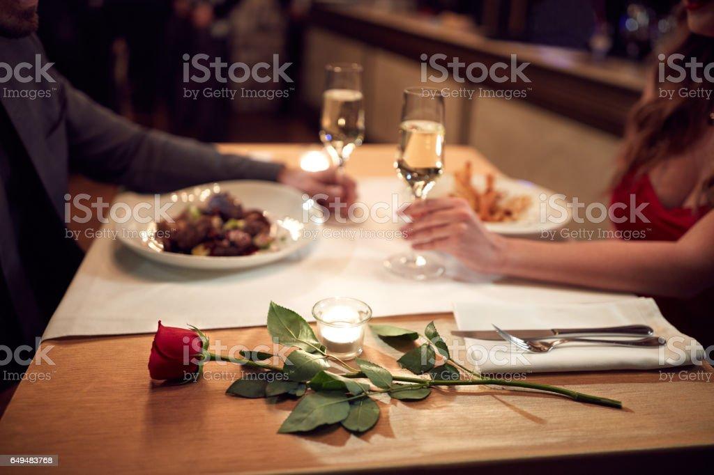 Rote rose für Frau in Liebe-Konzept – Foto