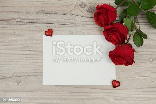 Rote Rosen Und Eine Leere Einladungskarte Auf Holzernen Hintergrund