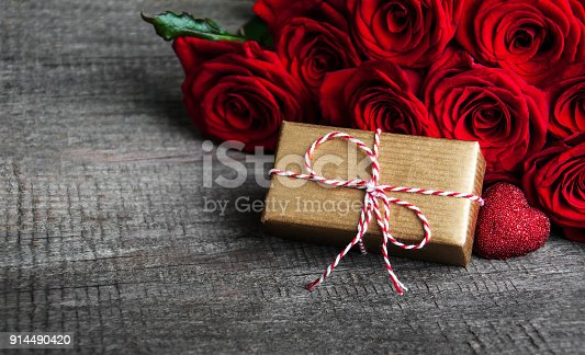 istock Red roses and gift box 914490420