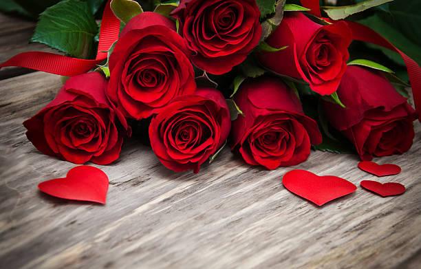red roses y corazones - día de san valentín fotografías e imágenes de stock