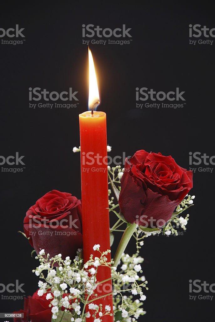 Rote Rosen und Nizza Kerze Lizenzfreies stock-foto