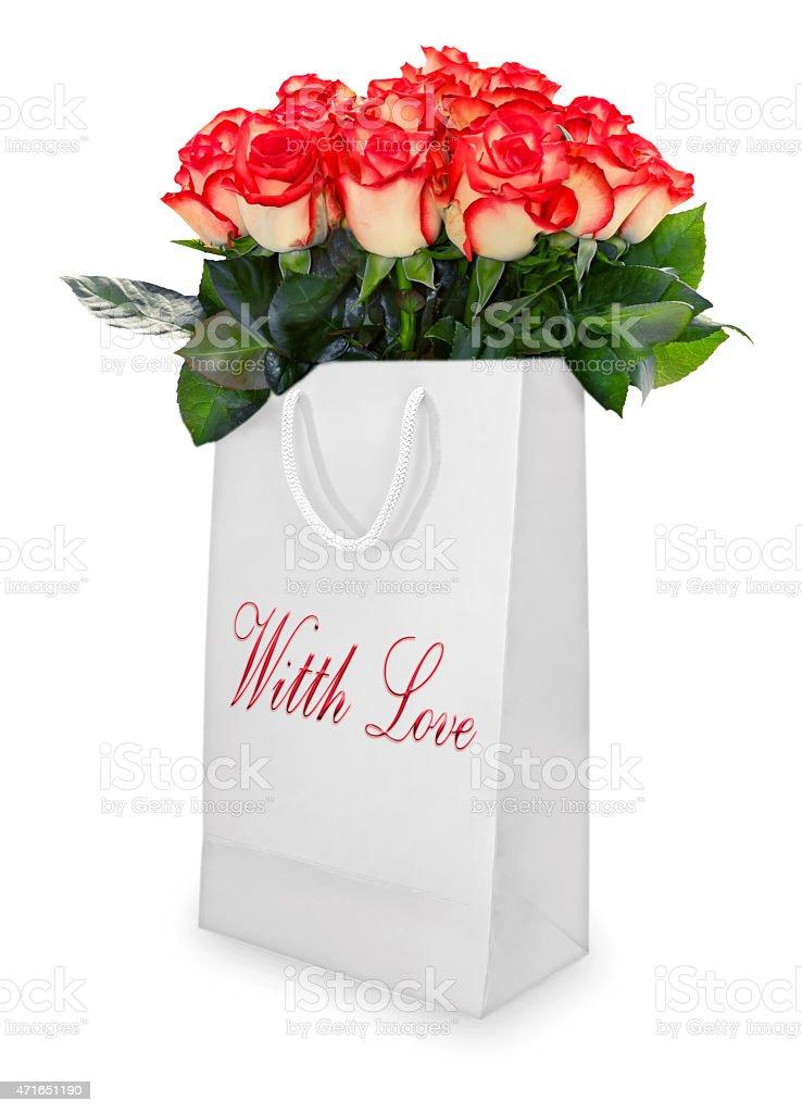 f9697ad2c Buquê de rosas vermelhas em branco bolsa isolada. foto royalty-free