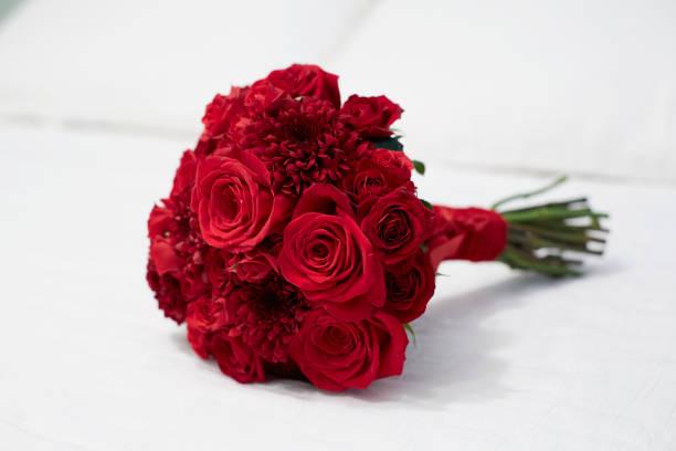 rode rozen boeket - boeket stockfoto's en -beelden