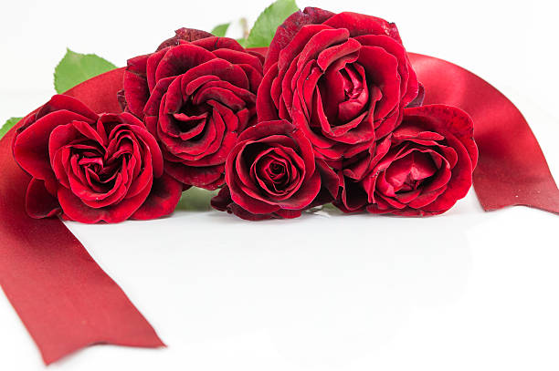 Red roses bouquet with ribbon on white table picture id627099290?b=1&k=6&m=627099290&s=612x612&w=0&h=rmwhm5ihywjhbgnq1vsayqo9bgjlhz4qh7gulziho8u=
