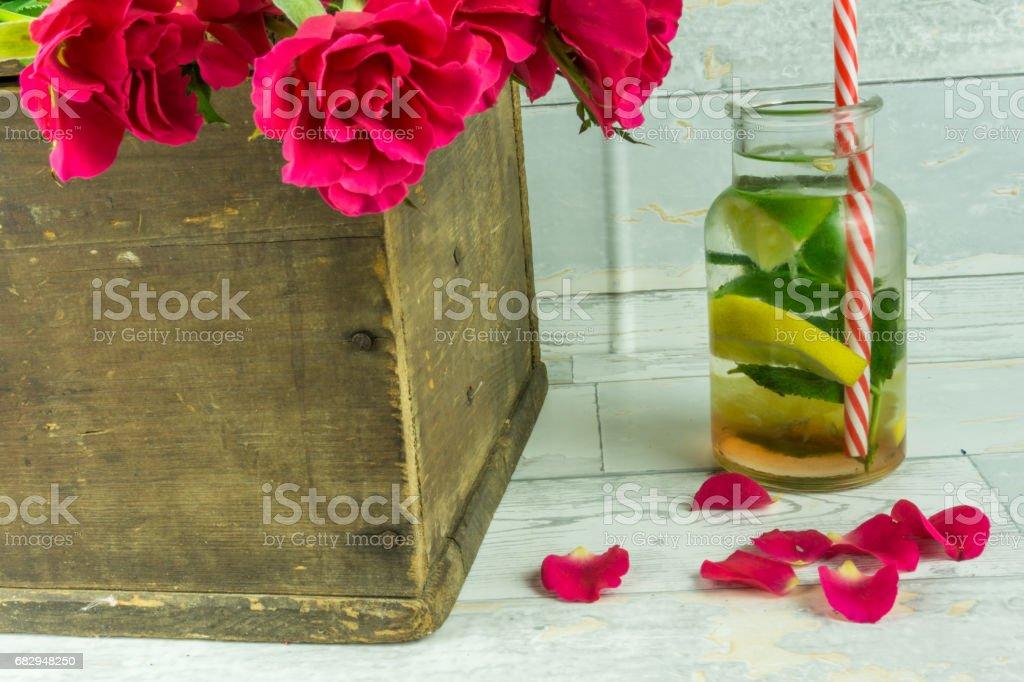 Red roses in a rustic wooden crate foto de stock libre de derechos
