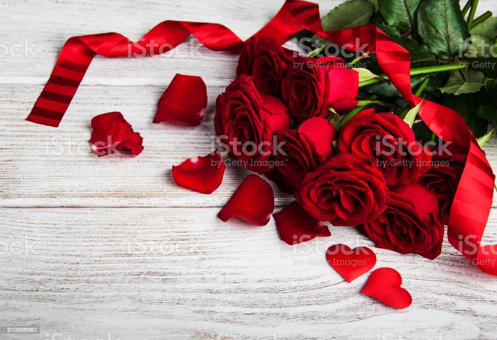 Roses rouges sur une table - Photo