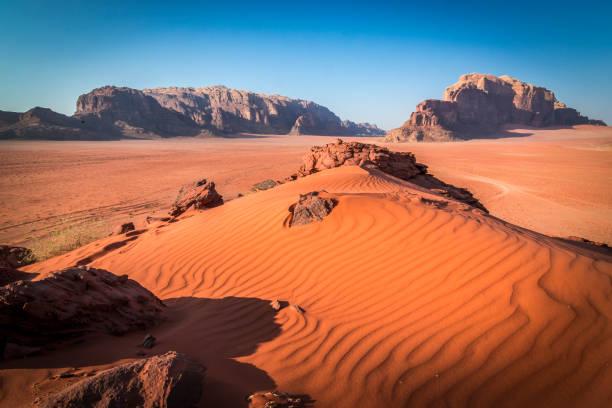 red sand in wadi rum - jordan photos et images de collection