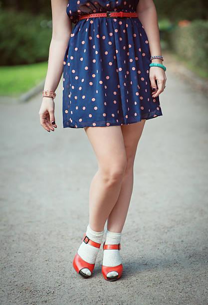 red sandalen mit weißen socken für mädchen beine fifties-stil - moderne 50er jahre mode stock-fotos und bilder