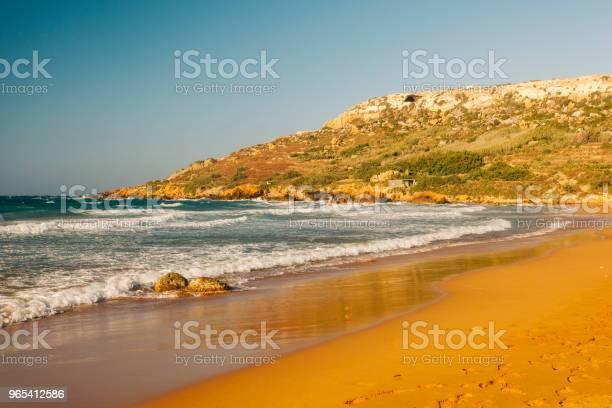 Czerwona Piaszczysta Plaża Zatoka Ramla Wyspa Gozo Malta - zdjęcia stockowe i więcej obrazów Bez ludzi