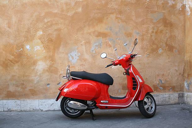 scooter rouge et mur romain, rome, italie - moped photos et images de collection