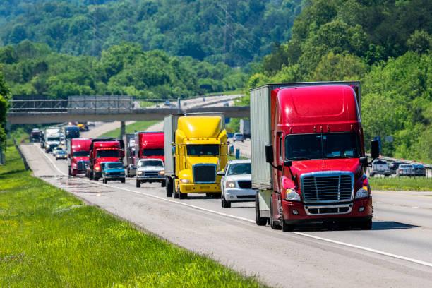 Red Semi führt Verkehr auf Interstate – Foto