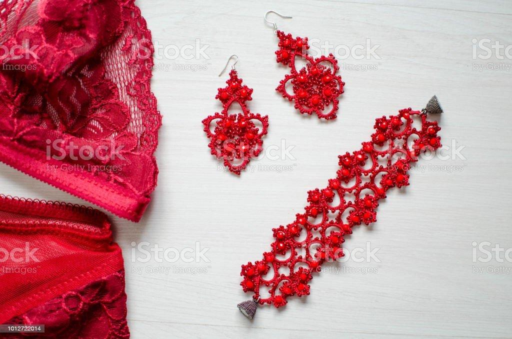 7856f47d8ed9d8 Rote Sexy Dessous Auf Dem Weißen Hintergrund Spitzenunterwäsche Mit ...