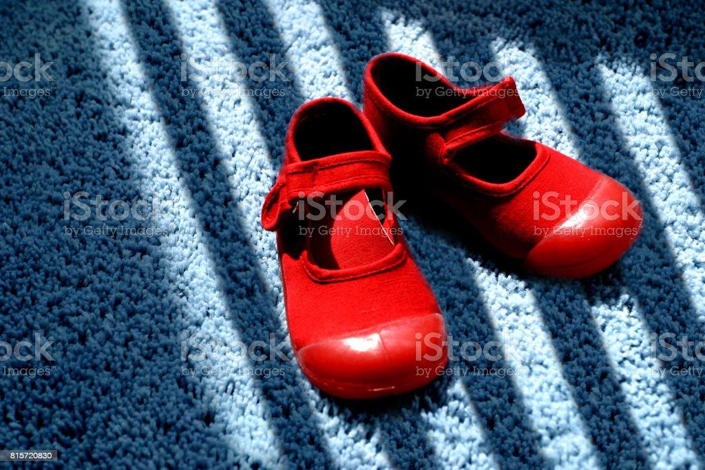 Rote Schuhe auf blauen Teppich – Foto