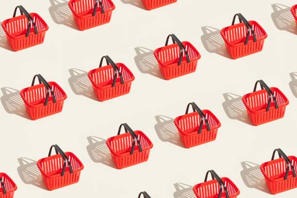 kırmızı alışveriş sepeti - sepet stok fotoğraflar ve resimler