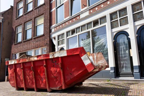 Red Skip in een straat in Rotterdam foto