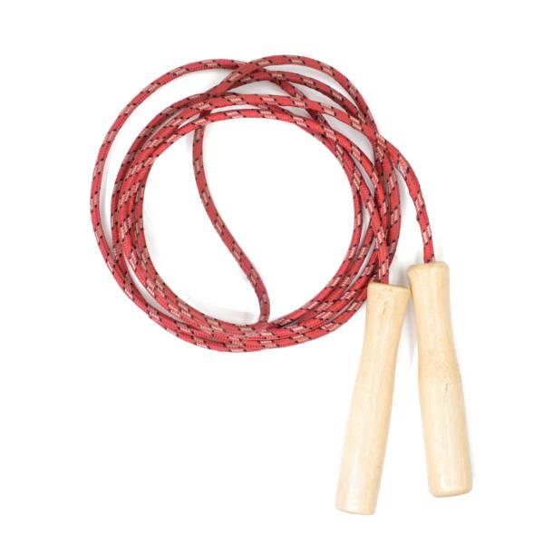 vermelho, saltar à corda com os punhos de madeira isolados em branco com o traçado de recorte - foto de acervo