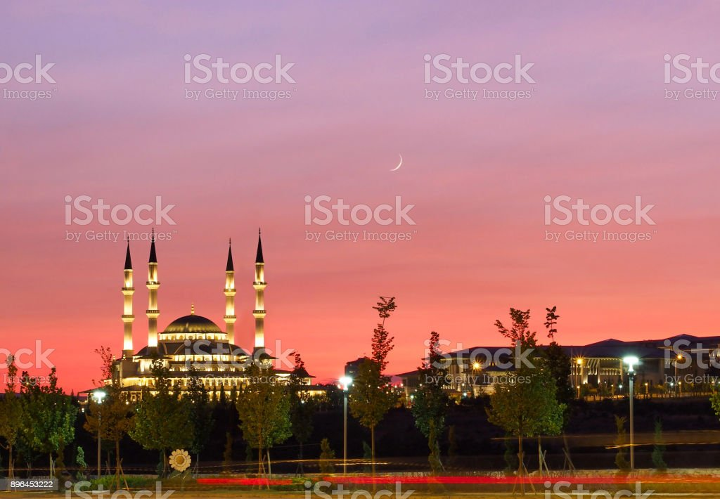 Roter Himmel bei Sonnenuntergang aufgenommen mit einer Moschee in Ankara Türkei – Foto