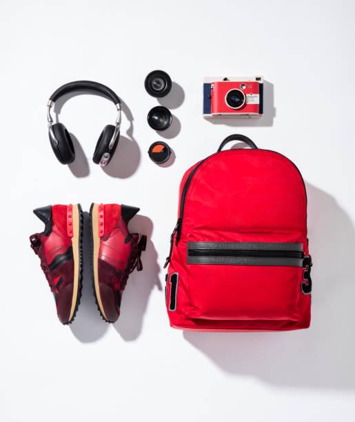 czerwone trampki, plecak z aparatem i słuchawkami - akcesorium osobiste zdjęcia i obrazy z banku zdjęć