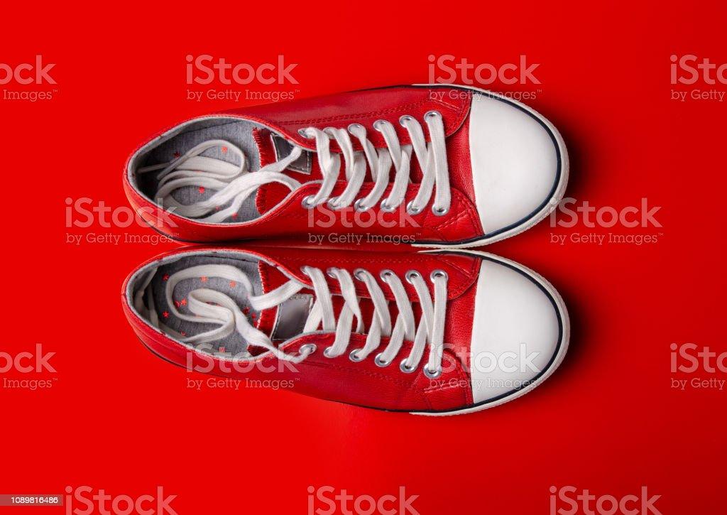 Grund Flach Legen Rote Auf Turnschuhe Mode Rotem Draufsicht 0yv8NnwOm