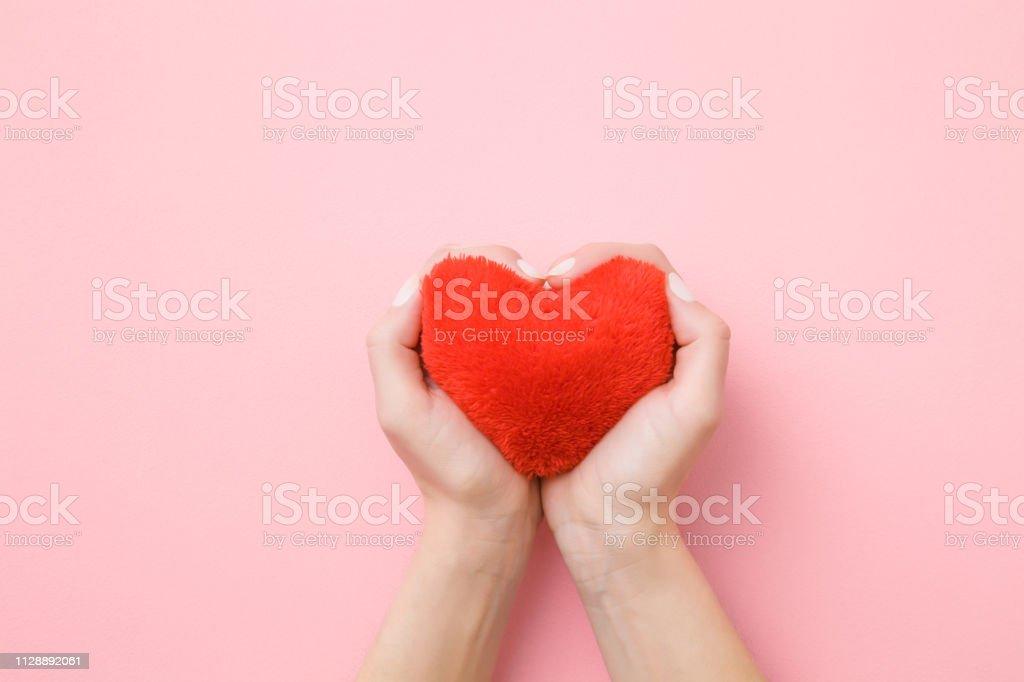Rot Weiches Herz In Junge Frau Die Hände Auf Pastell Rosa