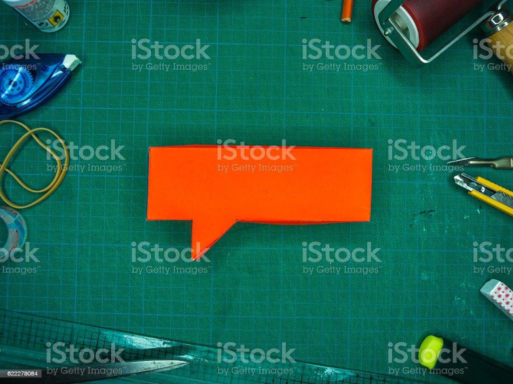 Red Speech Bubble on Green Cutting Mat – Foto