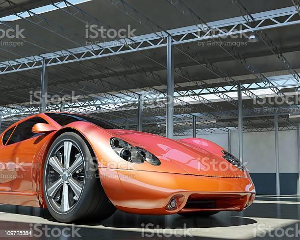 Roten Sportwagen In Fabrik Stockfoto und mehr Bilder von Alufelge