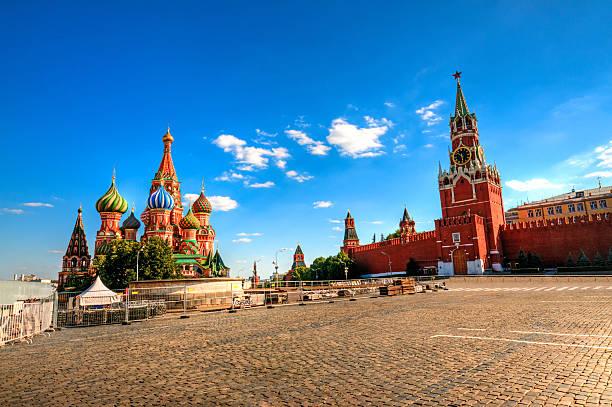 roten platz, den kreml und die basilius-kathedrale - russisch orthodoxe kirche stock-fotos und bilder