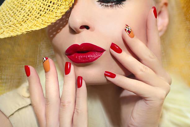red straw nail design. - nageldesign trend stock-fotos und bilder