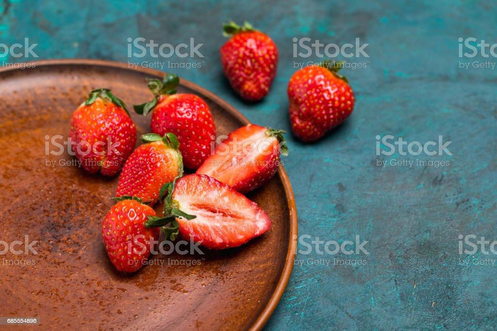 red strawberries in ceramic plate 免版稅 stock photo