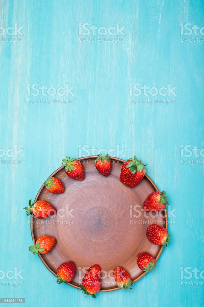 red strawberries in circle on ceramic plate 免版稅 stock photo