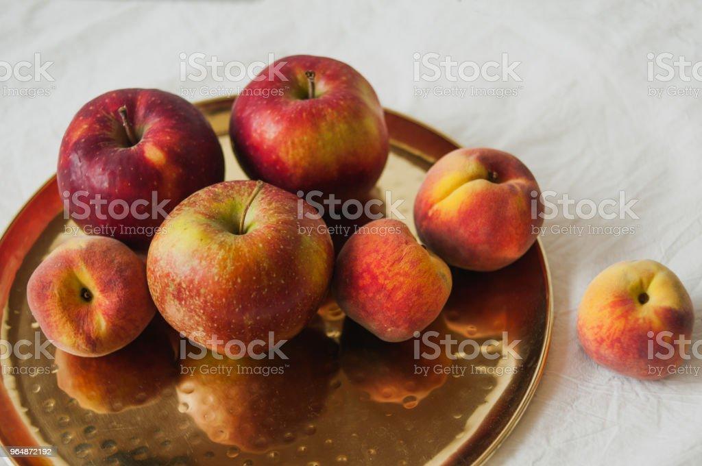 金色盤子上的紅色夏日果實 - 免版稅健康飲食圖庫照片